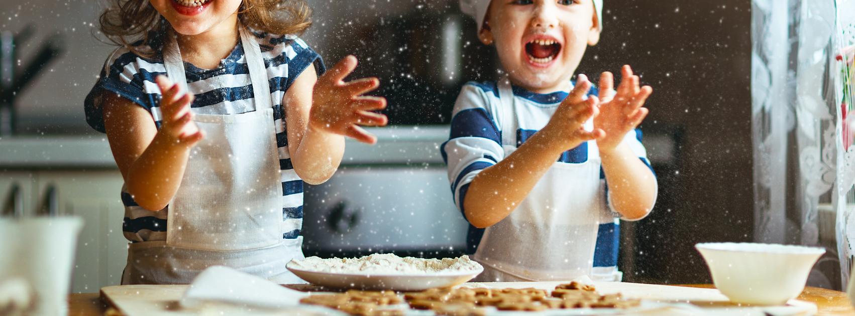 enfants s'amusant en faisant la cuisine