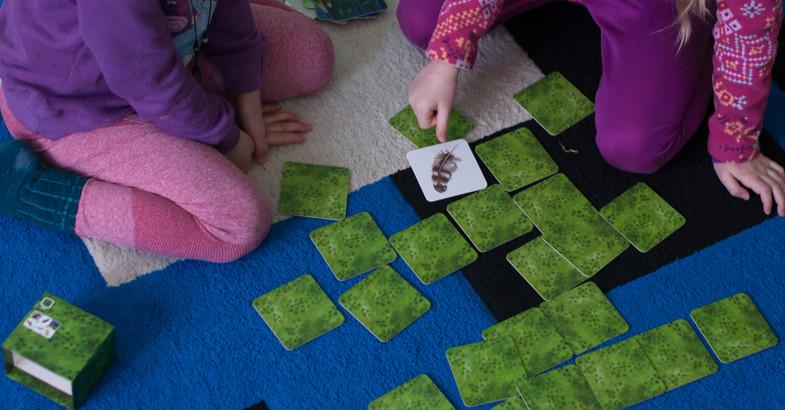 enfants jouant à un jeu de carte à retourner