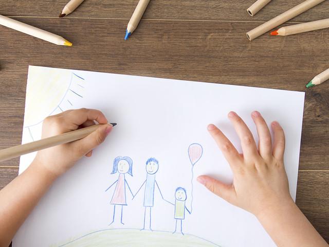 Enfant dessinant sur une feuille de papier