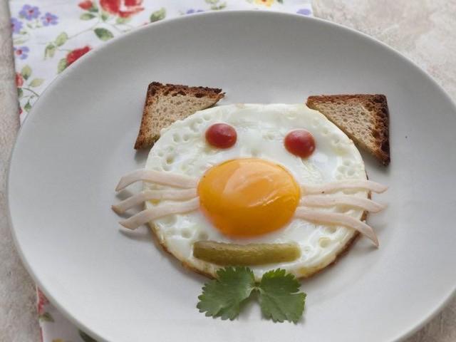 assiette avec un oeuf décoré en forme de tête de chat