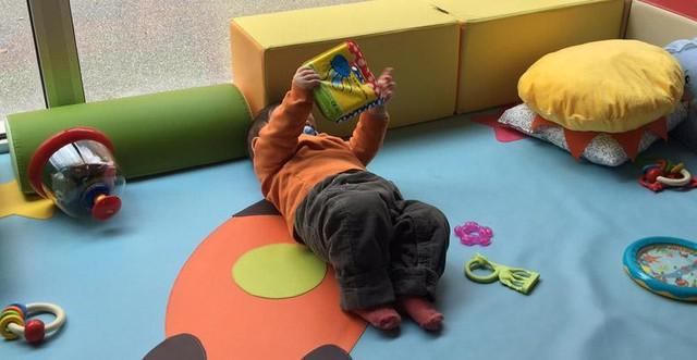 Bébé qui joue librement sur un tapis